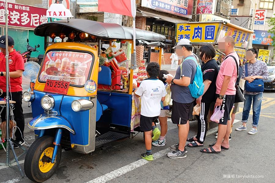 最新推播訊息:泰國爆紅嘟嘟奶茶車現身夜市!一杯銅板價,才剛開攤人潮立馬排起來!