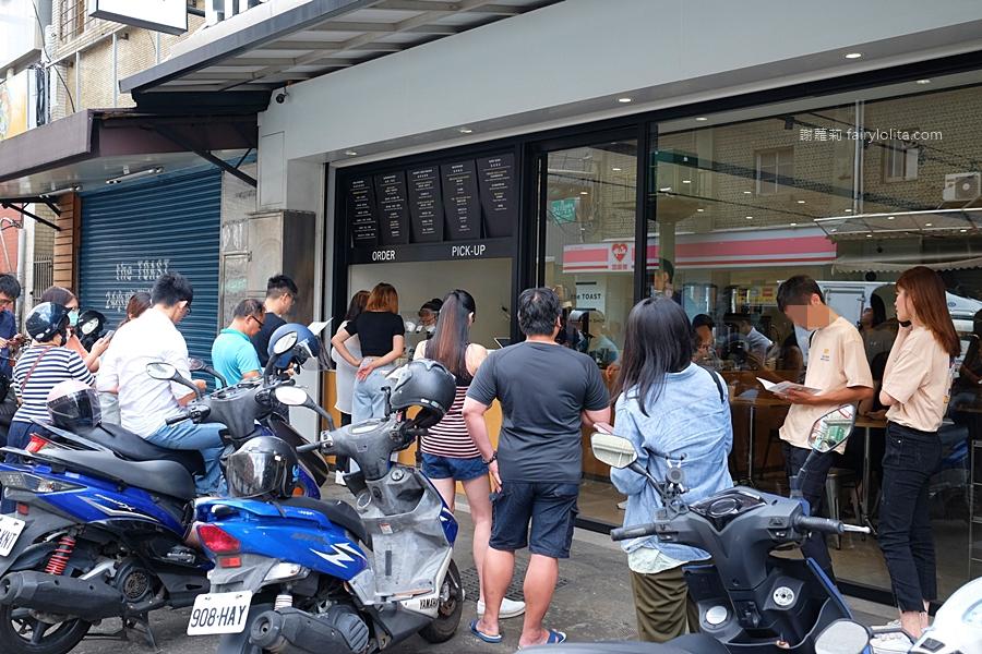 最新推播訊息:清晨六點半開賣人潮擠到爆,為吃一個「爆餡早餐」大家排翻天!