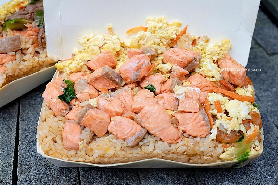 最新推播訊息:只要80元!一頓抵二餐、浮誇鮭魚堆成一座山,為吃這盒炒飯我竟然排了5小時!
