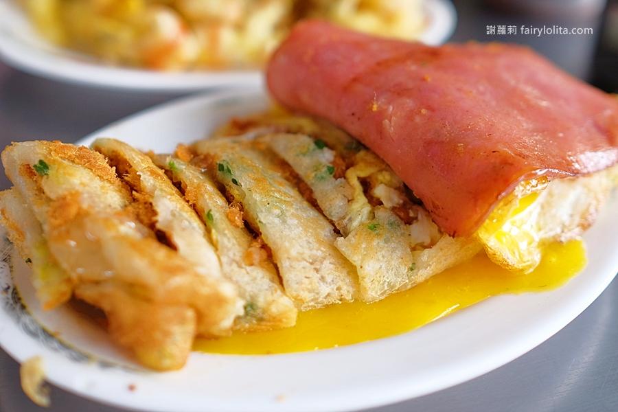 台中早餐 | 一心古早味蛋餅。清晨六點半開賣,古早味蛋餅也有浮誇土石流,大排長龍就是要吃它! @蹦啾♥謝蘿莉 La vie heureuse