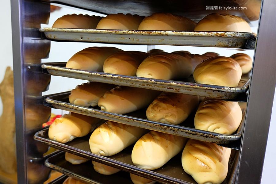 桃園美食 | 金時代專業烘焙。只賣兩種麵包,排隊人潮從店內擠到店外來,出爐秒殺,晚來你連一根都搶不到! @蹦啾♥謝蘿莉 La vie heureuse