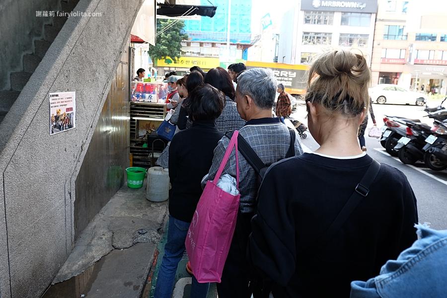 不老客家麻糬。爆紅到日、韓觀光客指名要吃,老牌麻糬一粒10元,超狂排隊人潮多到止不住! @蹦啾♥謝蘿莉 La vie heureuse
